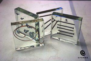 Transparentna żywica epoksydowa, grubość 2-3cm z zatopionymi niewielkimi przedmiotami